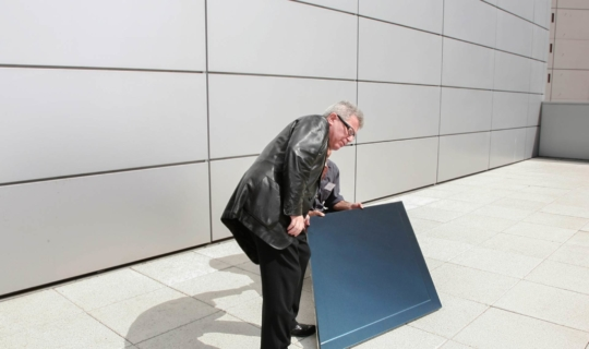 Daniel Libeskind examines the light reflectivity of one of Zahner's panels