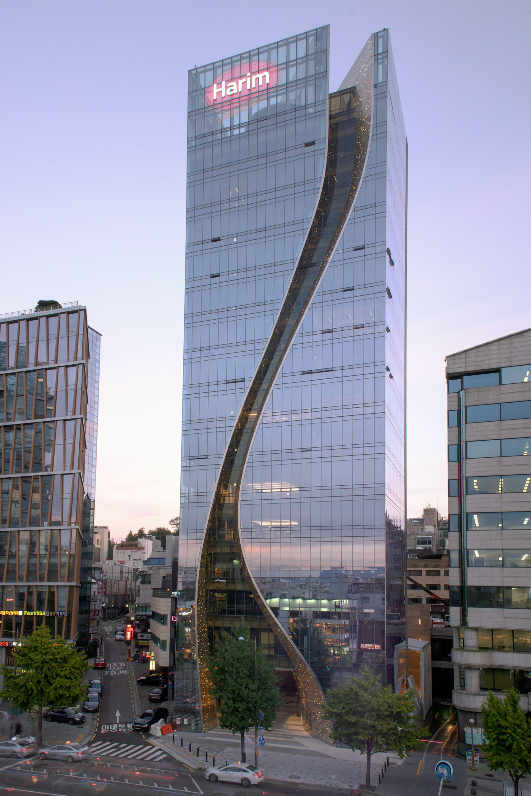 Curved metal 'S' shape facade of the Harim facade in stainless steel.