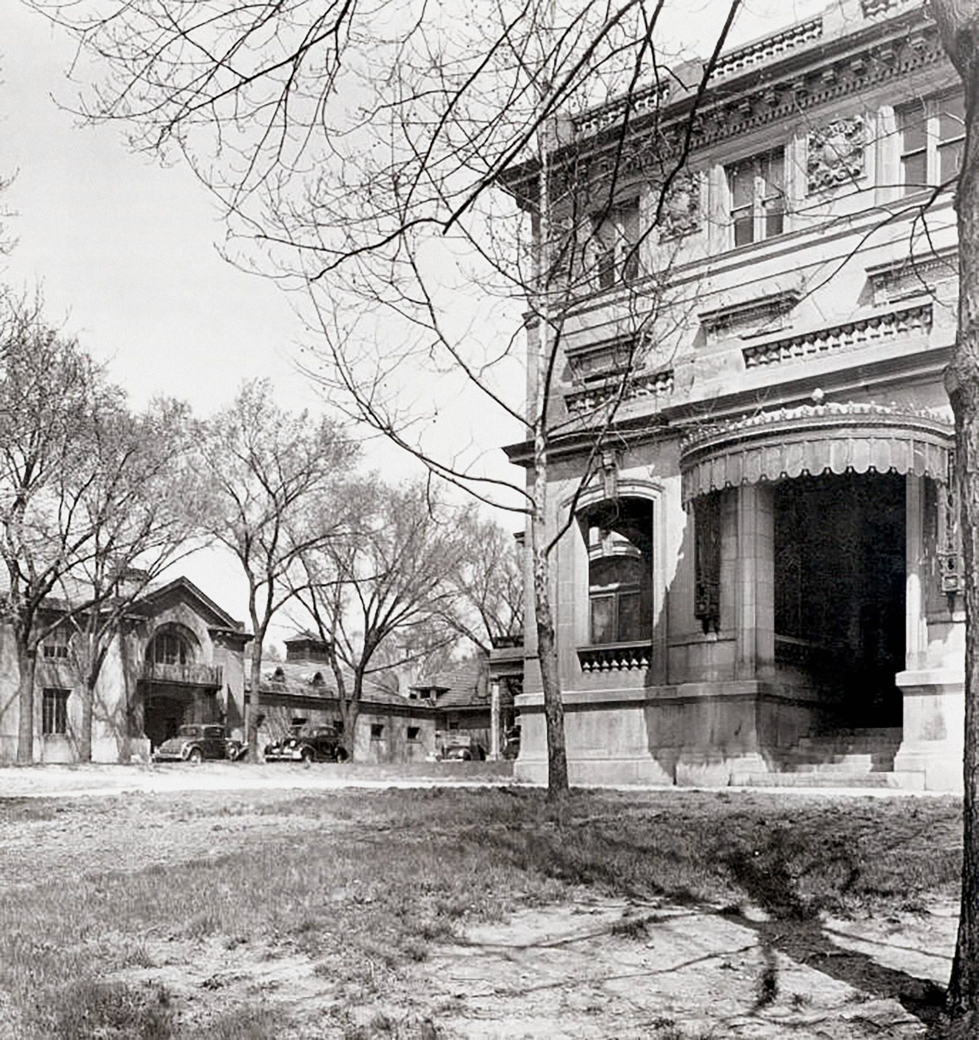 Corinthian Hall in 1912, showing the porte cochère on the building's west facade