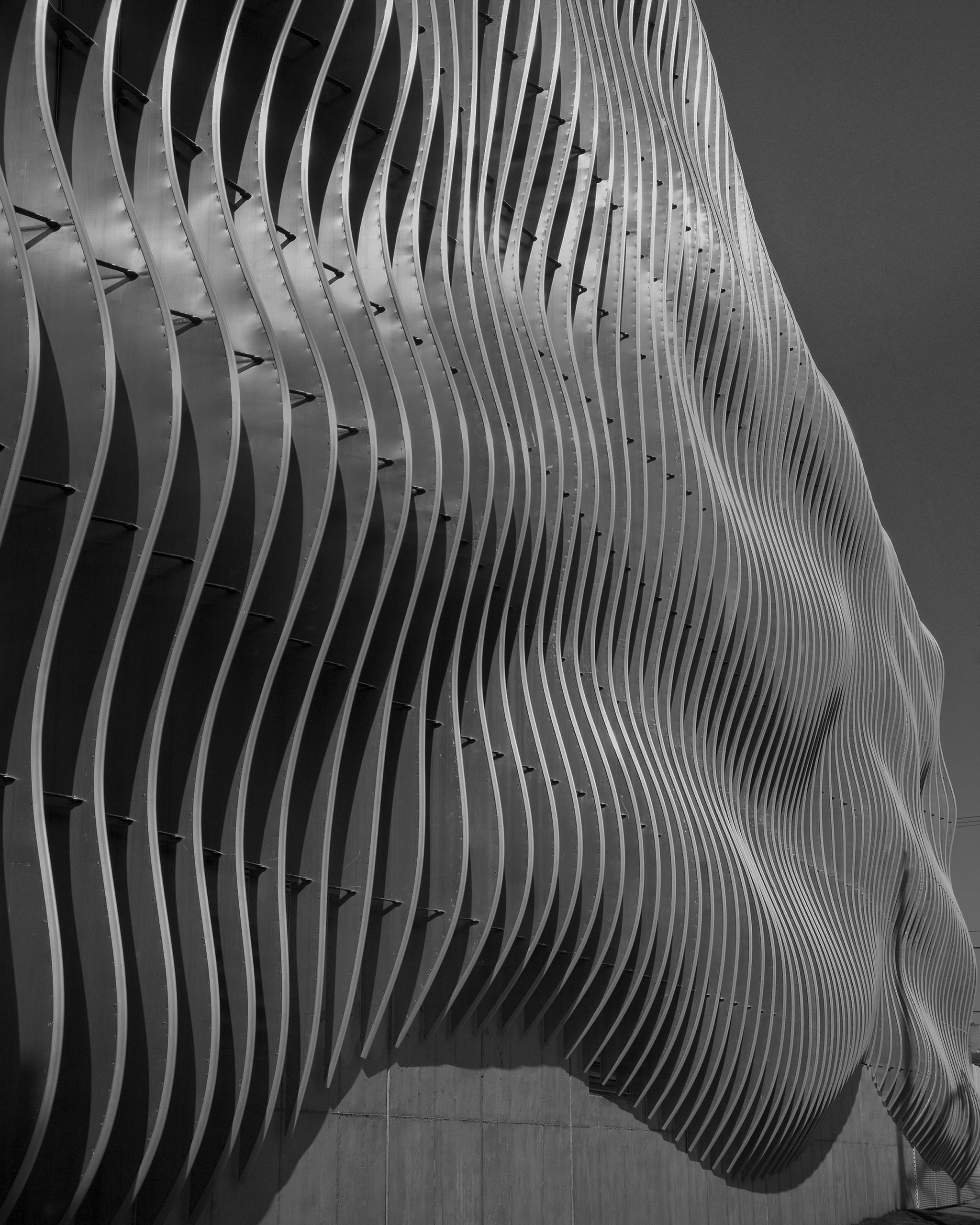 Undulating fin-facade of the Zahner
